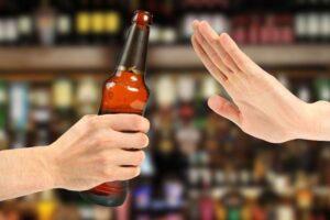 Alkol yabancılar arasında fiziksel mesafeyi korumaya engel